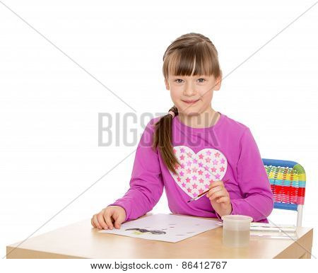 The girl draws the table