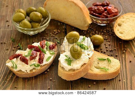 Sandwich with cottage cheese, olives and sun-dried tomatoes