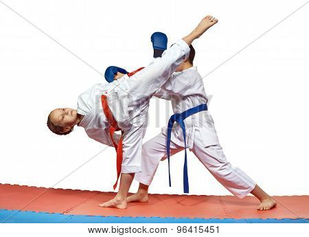 Sportswoman is beating high kick leg to the head an athlete