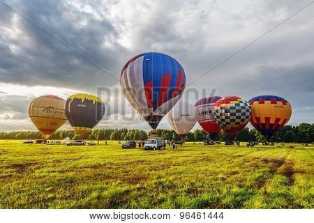 Preparing to the evening flight of the hot air balloons.