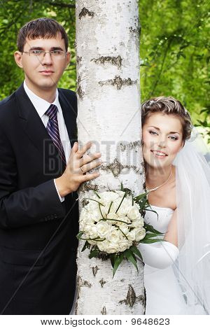 newlyweds with birch tree trunk