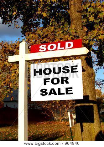 Inmobiliaria vendida y señal de venta