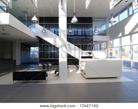 el vestíbulo de un edificio moderno