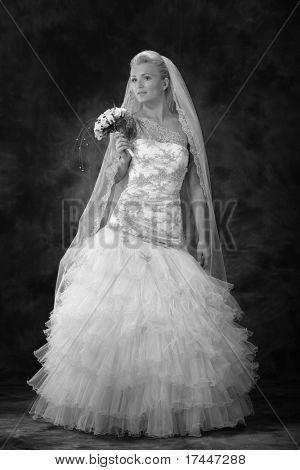 schöne Frau in luxuriöse Brautkleid, Brautstrauss holding