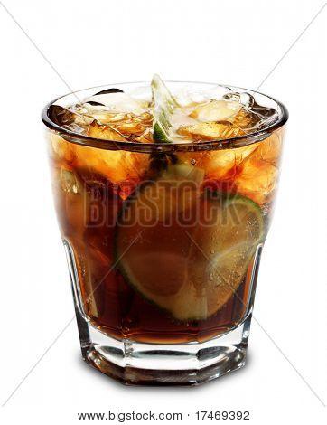 Coquetel alcoólico - Cuba Libre de Cola, limão e Rum. Isolado no fundo branco