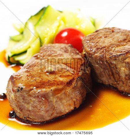 Heiße Fleischgerichte - Kalbsmedaillons mit Zucchini und Cherry-Tomaten