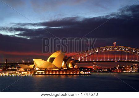 Sydney Opera House y el Harbour Bridge en la noche...