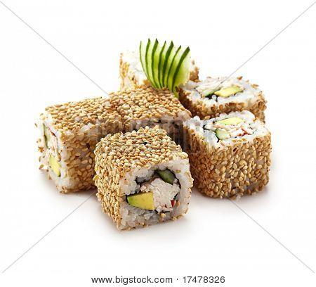 California-Maki-Sushi mit Sesam - Roll aus Krabbenfleisch, Avocado, Gurke, japanische Mayonnaise, ich