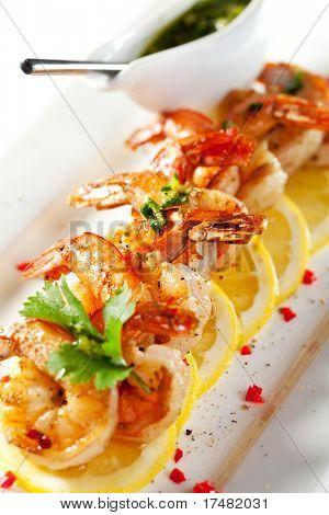 Gebratene Garnelen auf Zitrone-Carpaccio mit Sauce