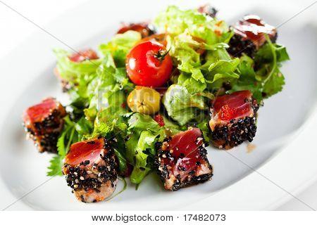 Thai-Gerichte - Salat mit geschnittenem Thunfisch in Sesam, Cherry-Tomaten und Oliven
