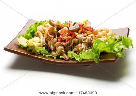 japanischer Küche gebratene Nudeln mit Schweinefleisch und Seadood und Gemüse. auf Salat garniert