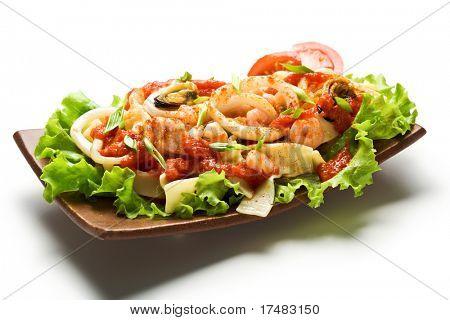 Japanische Küche - Nudeln mit Seadood und Tomatensauce. Garniert auf Salat Blatt mit Cherry-Tomaten