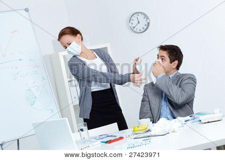 Imagem de empresário com lenço pelo nariz e seu parceiro revoltado na máscara, oferecendo-lhe para colocar