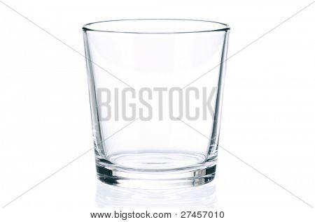 Vaso vacío para agua, jugo o leche sobre fondo blanco