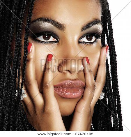 hermosa mujer africana con maquillaje artístico