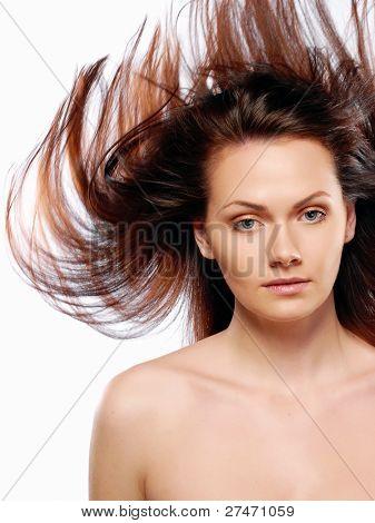 Nackte Schönheit Modell im Studio mit Haaren von Wind geblasen