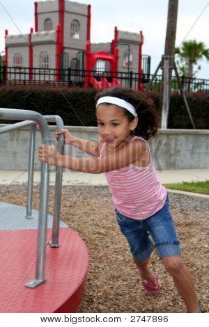 Junges Mädchen auf Spielplatz