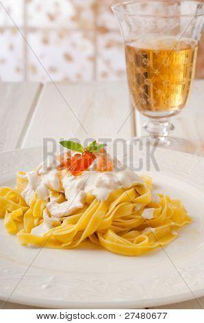 pasta Fetuccini con salsa de salmón y crema y vino