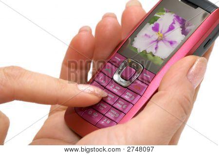Mano femenina y el teléfono móvil.