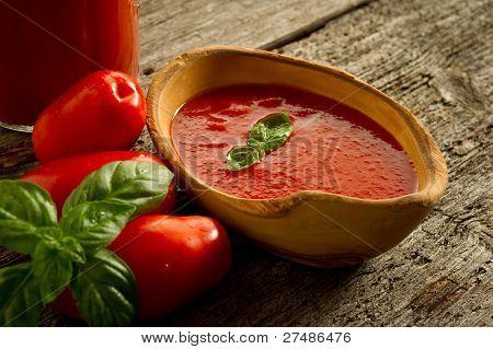 tazón de fuente con la salsa de tomate