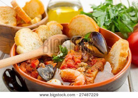 Fischsuppe mit geröstetem Brot