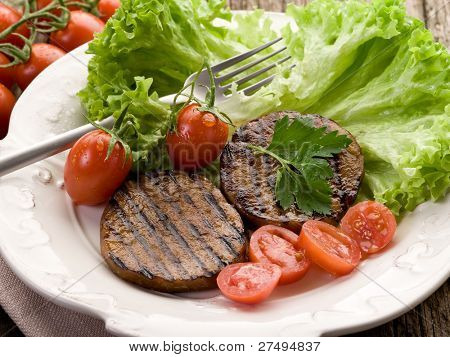 grilled seitan with tomatoes and salad