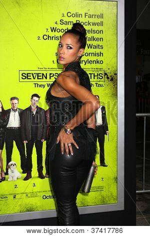 """LOS ANGELES - 30 de OCT: Dania Ramírez en el estreno de """"Siete psicópatas"""" en teatro Bruin Octobe"""
