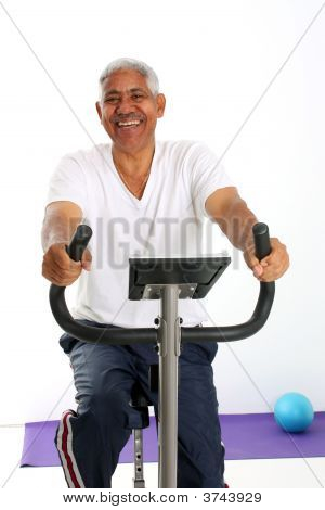 Senior Man reiten Fahrrad