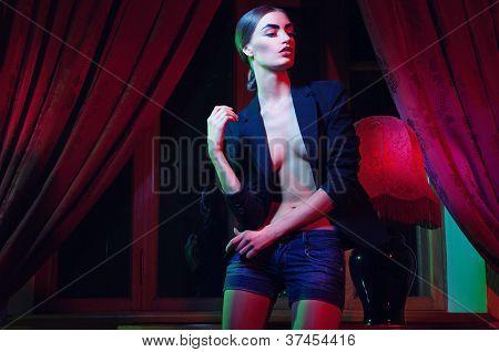 Bela moda mulher em pé perto da mesa