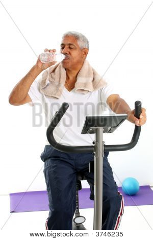 Sênior homem bicicleta de andar