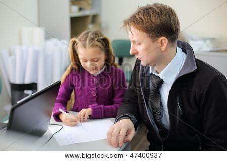 Ernst Vater blickt auf seine kleine Tochter Zeichnung Bild auf seine Papiere. Sie wählen die Wohnung. FO