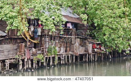 Sloppenwijk op vuile Canal