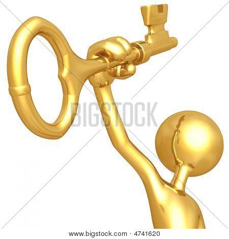 Segurando na mão uma chave de ouro