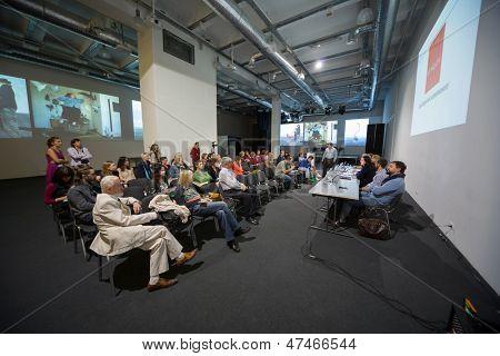 Moscú - 19 SEP: Personas en conferencia de prensa apertura Art Moscow en casa Central de los artistas en Septem