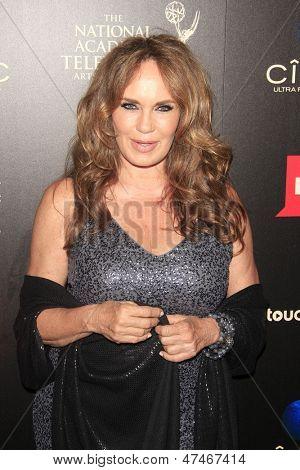 BEVERLY HILLS - 16 de JUN: Catherine Bach em 40 anual Daytime Emmy Awards no Beverly Hilton