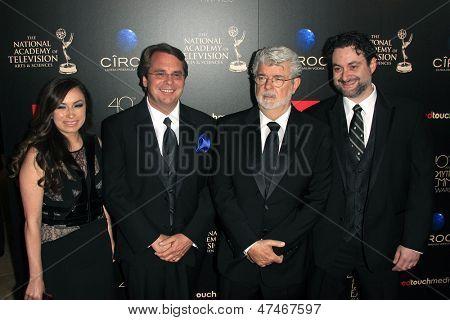 BEVERLY HILLS - 16 de JUN: Athena Portillo, Cary plata, George Lucas, Dave Filoni en la 40ª anual D