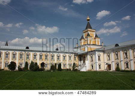 The fraternal Corps and Who Sorrow Church. St. Nicholas Ugreshsky monastery. Russia