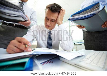 PERPLEX Buchhalter Finanzberichte von Geschäftspartnern mit riesigen Haufen o umgeben zu tun