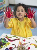 Постер, плакат: Портрет милая маленькая девочка палец живопись в художественном классе