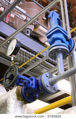 Tubo de vapor con una válvula y un manómetro