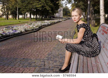 auf einer Bank in einem Sommergarten