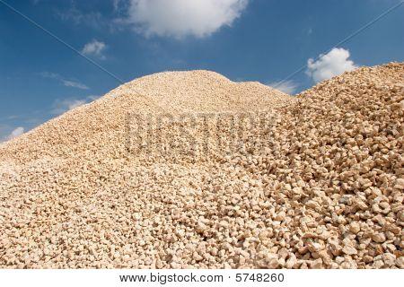 Kies Pfähle in einem Steinbruch