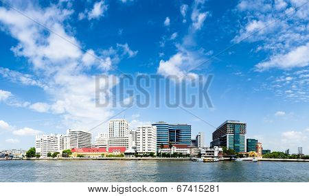 Bangkok, Thailand - July 28, 2014: New building of Siriaj Piyamaharajkarun Hospital on the Chaopraya