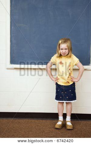 Mädchen mit traurigen Ausdruck im Klassenzimmer