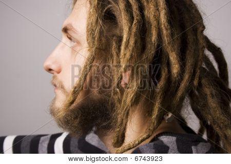 retrato de homem jovem dreadlock