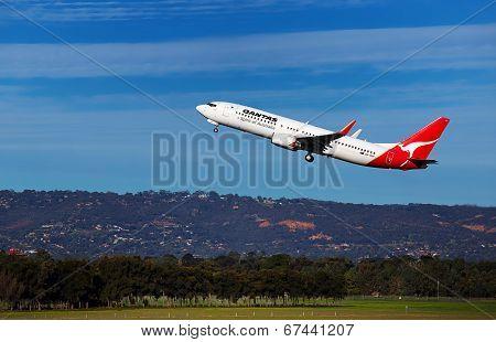 Qantas 737 leaves Adelaide