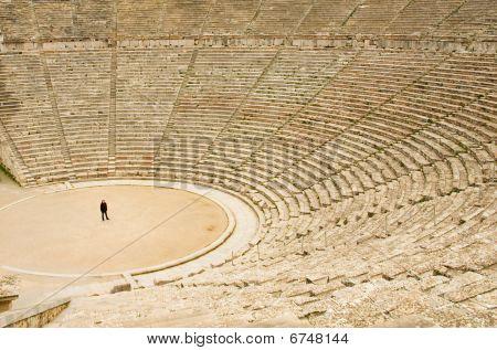 Turismo en el antiguo teatro de Epidauro, Grecia. El teatro es el teatro más grande de sobreviviente en Gre