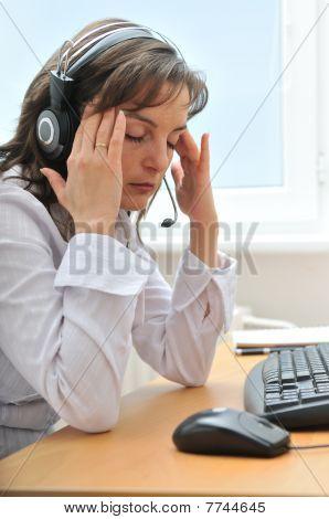 Empresario cansado con dolor de cabeza en el trabajo