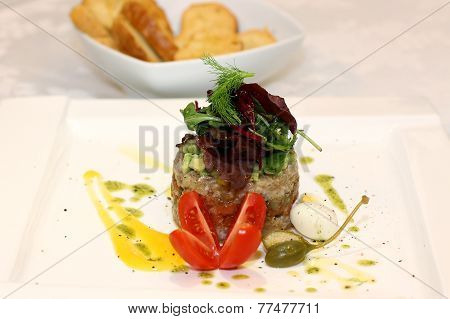 Salmon tartar with salad and capers