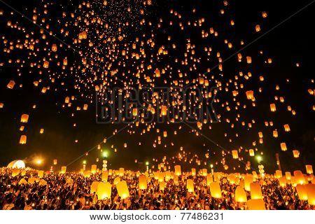 Chiangmai, Thailand - October 25 :thai People Floating Lamp. October 25 ,2014 In Tudongkasatarn